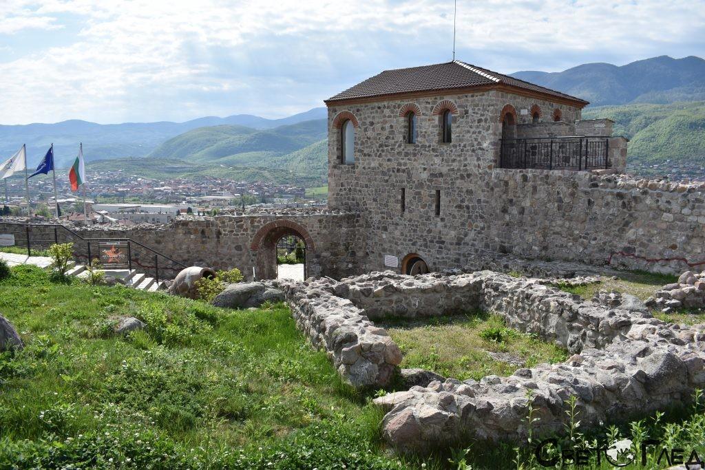 крепост Перистера, Пещера