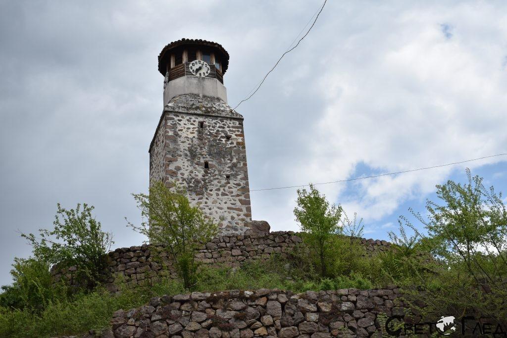 часовниковата кула, Пещера
